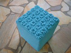 Capa para puff em crochê de barbante na cor azul. parte superior com 25 rosas. pode ser feito na cor de sua preferência. R$ 104,50