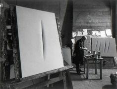 Lucio Fontana dans son atelier, Milan, 1964 © photo: Ugo Mulas