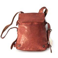 Stylischer Lederrucksack im urbanen Stil mit raffinierter Inneneinteilung. Und auch wenn dieser exklusive Rucksack für Damen aus hochwertigem Leder prall gefüllt ist, behält er seine schmale, elegante Form. Dieser kleine, gefütterte Cityrucksack ist also so schick wie eine Handtasche, aber unterwegs viel praktischer! Harolds Rucksack Handtasche aus Leder, Modell 223702, ist erhältlich in diesem Rost-Rot, in Taupe-Grau, Blau-Schwarz, Braun, Camel, Rost-Rot und Khaki-Grün. 189,00 € inkl. MwSt.