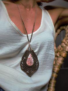 Collar medallón macramé hecho a mano, tejido con hilo encerado y piedra semipreciosa. Collar micromacrame. Piedra engarzada. de tecomo en Etsy