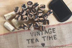 Kifli és levendula: Betűnyomda parafadugókból Vintage Tea, Tea Time, Holiday Cards, Cork, Dog Tag Necklace, Gift Tags, Diy And Crafts, Gift Wrapping, Crafty