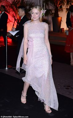 Elle Fanning is joined by sister Dakota at the star-studded Chopard Trophée dinner in Cannes Black Bardot Top, Lucy Star, Short Frocks, 20th Century Women, Dakota And Elle Fanning, Red Gowns, French Actress, Celebrity Dresses, Celebrity Photos