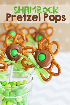 Shamrock Pretzel Pops - Pretzels, Rolo Candy & a Green M&M. SO pretty and festive for a St. Patrick's Day Party!