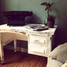 shabby-chic desk atelier de cyrielle Blanc Shabby Chic, Furnitures, Decoration, Comme, Painted Furniture, Corner Desk, Tables, Home Decor, White Office