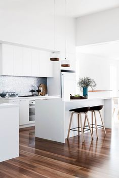 Modern kitchens use smart design and smooth styles to produce an outstanding room to prepare, consume as well as amuse. Search our choice of the very best modern kitchen interior decoration Modern Kitchen Interiors, Home Decor Kitchen, Interior Design Kitchen, New Kitchen, Home Kitchens, Kitchen Dining, Kitchen Ideas, Modern Kitchens, Kitchen White