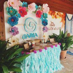 Mesa dulce con flores de papel y mantel aguamarina