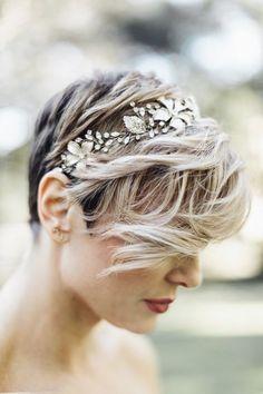 Los peinados de novia para el cabello corto también pueden lucir flequillos. Fotografía de bodas: Mackensey Alexander Photography.