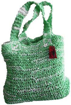 Reciclando bolsas plásticas para realizar un bolso tejido