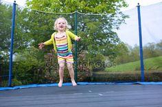 下载 - 学龄前儿童女孩在蹦床上跳跃 — 图库图片#73982485