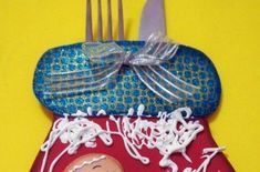 Coloque as mãos na massa hoje mesmo e faça um diferente porta-talheres para mesa de Natal. Utilize a