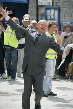 Martin Clunes running with a fish. Between scenes from season 5.