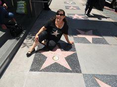 Fan de Pepe, Ali, posa con la estrella de Pepe en el Paseo de las Estrellas de Hollywood!