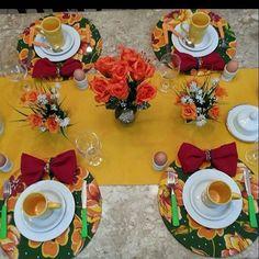 Mais uma MESA BELA  para café da manhã com trilho amarelo sol, capas para sousplat em chita estampa floral belíssima, guardanapo vetmelho dobrado como gravatinha. Porta guardanapo em palhinha colorida. Talheres verdes e laranja. Louça branca com canecas amarelas. Proposta de uma MESA BELA simples para o dia a dia. Idealizada para mais uma amiga cliente.