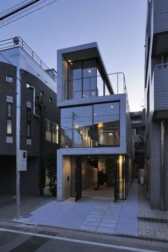 House in Takadanobaba / Florian Busch Architects - Extrusions vs. recessed House in Takadanobaba / Florian Busch Architects Architecture Résidentielle, Japanese Architecture, Amazing Architecture, Contemporary Architecture, Installation Architecture, Contemporary Houses, Sustainable Architecture, Casa Tokyo, Narrow House
