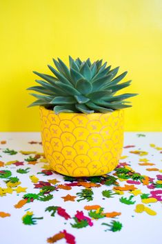 DIY Ananas Blumentopf - Syler's room redo - silver lining - Gartnern Möbel Painted Plant Pots, Painted Flower Pots, Painted Pebbles, Plant Painting, Diy Painting, Stone Painting, Pineapple Planting, Flower Pot Design, Flower Pot Art