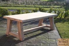 Rustieke eikenhoutentafel op maat gemaakt 230 cm lang 110 cm breed een moderne kloostertafel