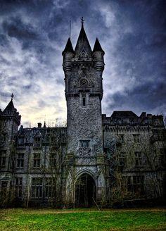 Vieille tour ancestrales en Angletterre qui résulte en un gros contraste avec son environnement.