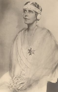 Queen Marie of Romania again in some sort of bandeau tiara with head straps and ear muffs. What a waste of good diamonds//early headphones! Royal Crowns, Royal Jewels, Tiaras And Crowns, Crown Jewels, Harlem Renaissance, Princess Victoria, Queen Victoria, Romanian Royal Family, Art Deco Hair