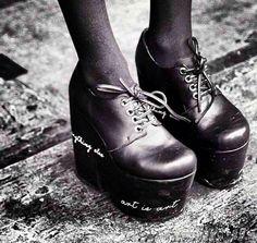 Zapatos negros con taco negro y escrito