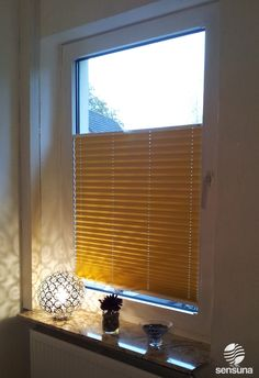 gelbes Plissee Rollo als Sicht- und Sonnenschutz im Schlafzimmer / yellow pleated blind in a bedroom  #gelb #lampe #licht #yellow #dark Blinds, Curtains, Blog, Home Decor, Open Plan Apartment, Solar Shades, Homes, Decoration Home, Room Decor