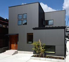 Architecture in Japan Modern Exterior, Exterior Design, Villa Design, House Design, Conception Villa, Interior Cladding, Architecture Résidentielle, House Paint Exterior, House Entrance
