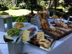 Mesa de quesos para bodas. Foto: Kanela Buffets, Ideas De Catering, Rustic Candy Buffet, Italian Party, Meat Platter, Wine Table, Food Displays, Ideas Para Fiestas, Wine Cheese