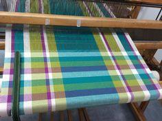 Linge à vaisselle en coton Great colors. Loom Weaving, Hand Weaving, Weaving Patterns, Weaving Designs, Textiles, Weaving Projects, Tea Towels, Dish Towels, Tear