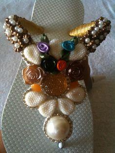 SANDÁLIA BORDADA COM PEDRARIAS Flip Flop Craft, Decorating Flip Flops, Ornament Wreath, Ciabatta, Chic, Artwork, Crafts, Jewelry, Fashion