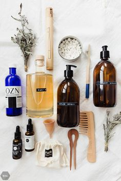 7 Schritte zu weniger Plastikmüll im Bad Plastic waste in the bathroom – it can be easily reduced with a few tricks. Step by step to the plastic-free bath. Zero Waste, Reduce Waste, Container Shop, Plastic Container Storage, Diy Utile, Beeswax Food Wrap, Glass Spray Bottle, Plastic Waste, Green Life
