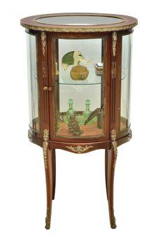 """Antiga vitrine oval de centro em mogno, estilo """"Luis XV"""". Corpo com vidros bombeados. Pernas"""