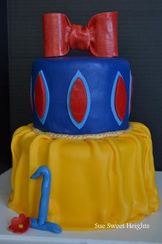 Snow White inspired cake- if maddie was a snow white girl id totally try to make it! Could definitely switch this idea to another princess though..... Hmmm..,,,