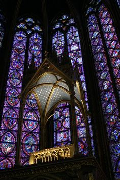 The Saint Chapelle of Paris showcases its stained glass windows which represented the Radiant Gothic Period. Sainte Chapelle Paris, Saint Chapelle, Church Architecture, Amazing Architecture, Stained Glass Art, Stained Glass Windows, Beautiful Buildings, Beautiful Places, Templer