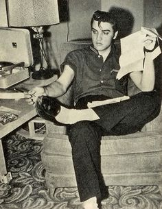 Some great pics of Elvis relaxing at home in 1956