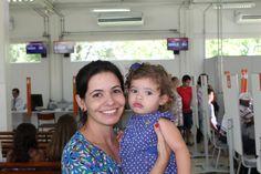 """Carolina Lescura, moradora de Guaratinguetá, foi ao Poupatempo da cidade no dia da inauguração para renovar a CNH. Ela estava com a filha Marina, de um ano e oito meses, que tirou seu primeiro RG na vizinha cidade de Taubaté, quando a unidade de Guaratinguetá ainda não existia. """"Agora tudo ficou mais fácil para quem mora aqui"""", comemorou."""
