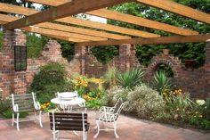 Old bricks were skilfully used for a screen - Terrasse - garten dekore Pergola Screens, Pergola Diy, Privacy Walls, Walled Garden, Old Bricks, Backyard Makeover, Garden Landscape Design, Brick And Stone, Gardens