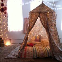 Un voile, un rideau, un matelas, des coussins, une jolie lumière, et voilà une cabane de compétition pour nos anges