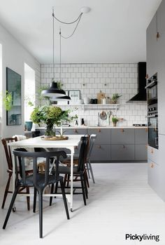 Inga läderhandtag och inte tegel i vårt kök dock. Open Plan Kitchen Living Room, Kitchen Time, New Kitchen, Kitchen Dining, Kitchen Decor, Apartment Kitchen, Kitchen Interior, Budget Kitchen Remodel, Refinish Kitchen Cabinets