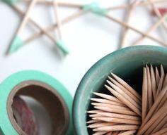 Jeg har lavet nogle små, simple stjerner af tandstikker og masking-tape. De skal bruges som pynt på gaverne :) Idéen er tyv-inspireret af Cecilie som har lavet dem med spisepinde…
