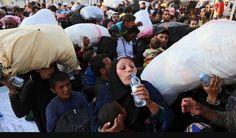 Hier zie je veel vluchtelingen die voedsel en drinken krijgen, je ziet ook een vrouw die waarschijnlijk na een lange tijd een wat te drinken krijgt, dit is 1 van de vele voorbeelden waarom vluchtelingen moeten worden geholpen!!