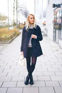 Marie un manteau bleu marine avec une jupe patineuse noire pour un look de tous les jours facile à porter. D'une humeur audacieuse? Complète ta tenue avec une paire de des bottines plates à lacets en cuir noires.