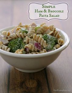 So fresh and filling! This make-ahead Ham & Broccoli Pasta salad will be a hit with your family! | Recipe at MealPlanningMagic.com
