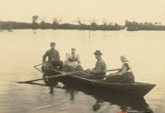 Twee mannen en twee vrouwen in Bunschoter klederdracht in een boot op water het Wiel, Richard Tepe, 1900-1930 #Utrecht #Spakenburg