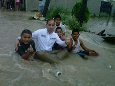 Candidato aprovecha inundaciones