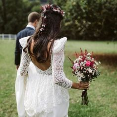 """Gefällt 468 Mal, 8 Kommentare - FRIEDA THERÉS (@friedatheres) auf Instagram: """"#happyfriday ☀️☀️ Das #brautkleid ist doch mal ein Ding oder?  Kleid: @aliciaruedaatelier  Foto:…"""""""