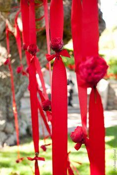 Rideau de rubans rouge avec fleurs