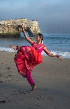 Dance Photography Poses, Dance Poses, Folk Dance, Dance Art, Indian Bridal Photos, Stylish Photo Pose, Indian Classical Dance, Dehati Girl Photo, Indian Photoshoot