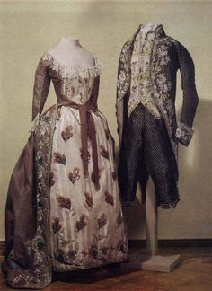 Dress worn by Empress Maria Feodorovna, Hermitage Museum - wide front opening, contrasting stomacher & petticoat