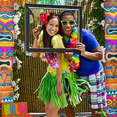 Get things sizzlin' with this luau photo booth idea, which is perfect for couples! Find photo booth ideas and more, just click in! Aloha Party, Hawaiian Luau Party, Hawaiian Birthday, Hawaiian Theme, Tiki Party, Luau Birthday, Anniversaire Luau, Thema Hawaii, Luau Photo Booths