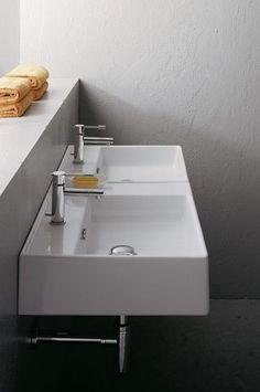 Ideaal voor de drukke ochtend-of avondspits is deze Sub 162 dubbele wastafel! Een rechthoekige dubbele wastafel van keramiek met 2 kraangaten, zodat je tegelijkertijd je tanden kunt poetsen. Dus op je beurt wachten is met deze Sub 162 dubbele wastafel ver