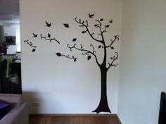 Muurschildering boom in een woonkamer door StijlvolleMuur.nl (in de boom komen nog fotolijstjes)